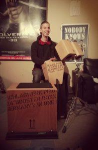 der NobodyKnowsDrummer startet einen CajonKurs in der Musikerfabrik Stendal