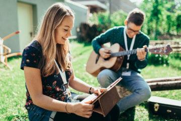 Songwriter schreiben draußen beim SongWriterCamp