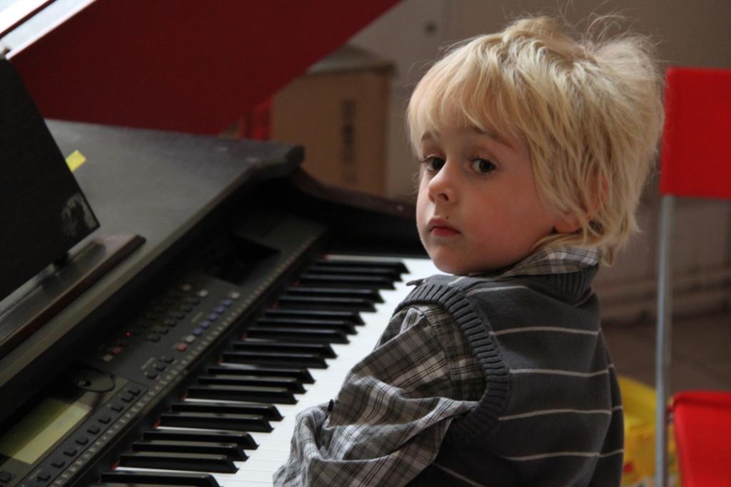 Edgar(4) am Klavier