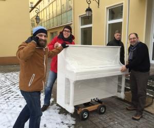 Klavierbauer Lutz Winkel zieht mit seinem weissen Klavier in die neuen Musikerfabrik Räume ein